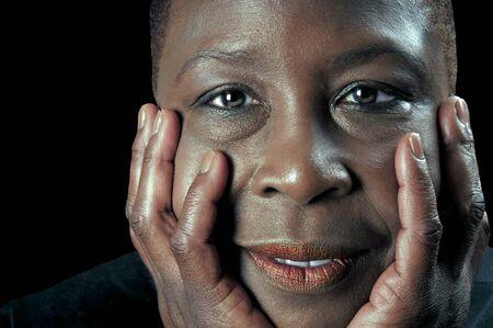 paz interior: El cierre hermoso retrato de una mujer hermosa negro