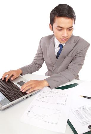 jovenes empresarios: J�venes empresarios est�n trabajando con muy serio, aislado en fondo blanco