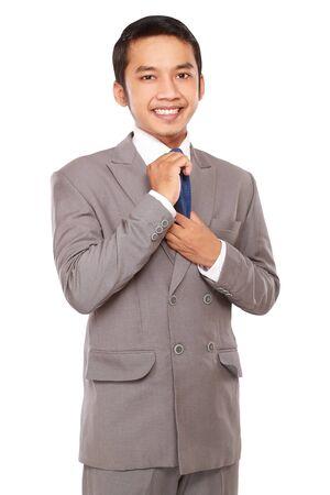 jovenes empresarios: j�venes emprendedores enderez� la corbata, aislado en fondo blanco Foto de archivo