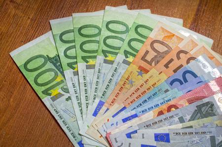 유로 및 달러 다른 교 단을 가까이의 배경