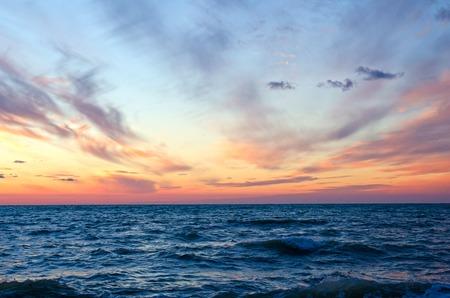 cielo y mar: puesta de sol sobre el océano en summer.Sevastopol, Crimea Foto de archivo