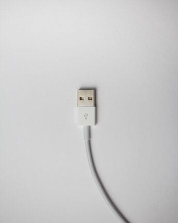 CABLE USB BLANCO AISLADO EN BLANCO