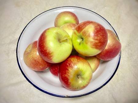 亜鉛ボールの上のリンゴ 写真素材