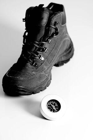 luft: Ein Wanderstiefel mit Kompass in schwarz wei�