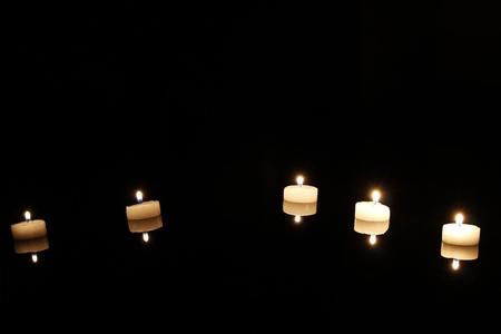 flamme: Kerzen im Spiegel mit Spiegelung am Boden