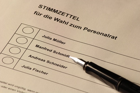 A ballot with varios names and a pen in german photo