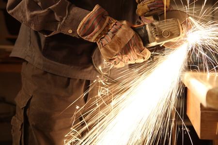 meuleuse: Travailleur avec les mains meuleuse d'angle seulement et �tincelles