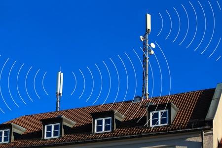 Antenne telefoni mobili con i cerchi come la radiazione Archivio Fotografico