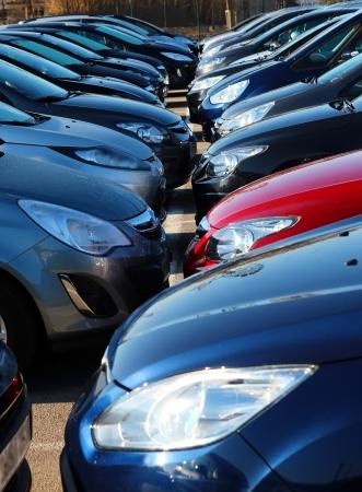 Nieuwe auto's op een parkeerplaats van een auto of een huurhuis