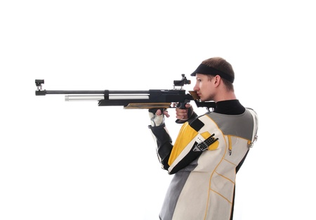 hombre disparando: Hombre de pie hacia los lados apuntando con un rifle de aire aislado en blanco