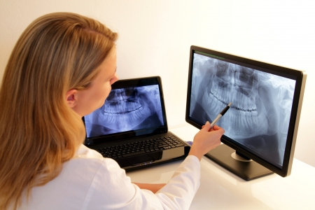 orthodontics: Odontolog�a explica una radiograf�a dental Foto de archivo