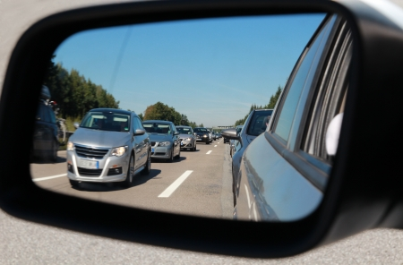 Traffic jam in a car mirror Imagens