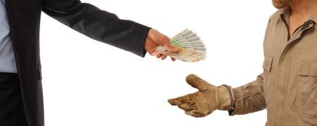 Business-Mann gibt Geld an einen Arbeitnehmer in Handschuhen Standard-Bild - 17166112