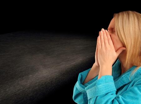 sneezing: Giovane donna in un accappatoio starnuti con retroilluminazione