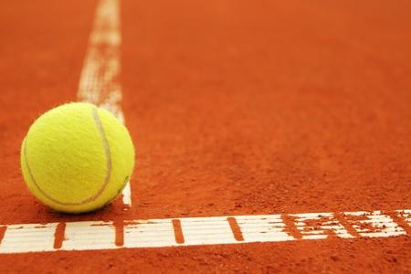 tenis: Pelota de tenis en una cancha de tenis con copyspace