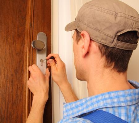 Locksmith Öffnen einer Tür Standard-Bild - 18571637