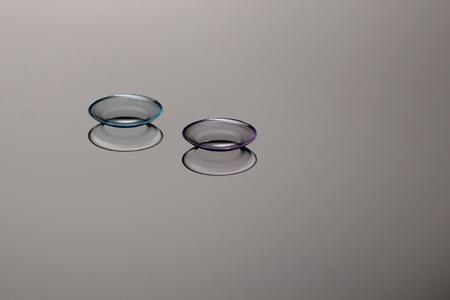 lentes contacto: Dos lentes de contacto sobre una placa de vidrio