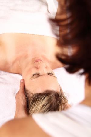 esoterismo: Masaje profesional de un terapeuta Foto de archivo