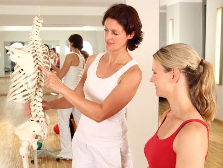 osteoporosis: Fisioterapeuta explicar la columna vertebral Foto de archivo