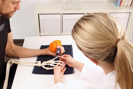 terapia ocupacional: Cirujano de mano soporta un paciente con ejercicios de movilización Foto de archivo