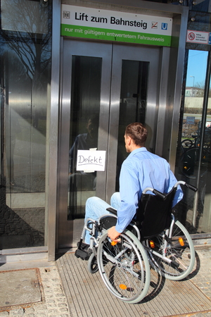 defect: Wheelchair user on a defect lift