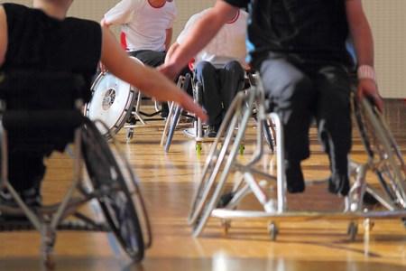 persona en silla de ruedas: En silla de ruedas en un partido de baloncesto