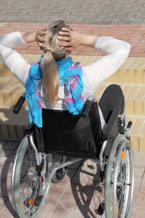 paraplegico: Un joven de usuarios con silla de ruedas femenina frente a una escalera
