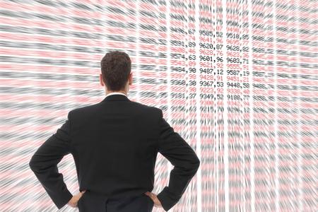 agente comercial: Un hombre delante de una gran pantalla con números