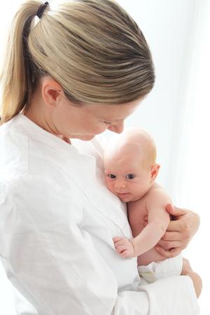 sala parto: Un infermiere pediatrico con neonato