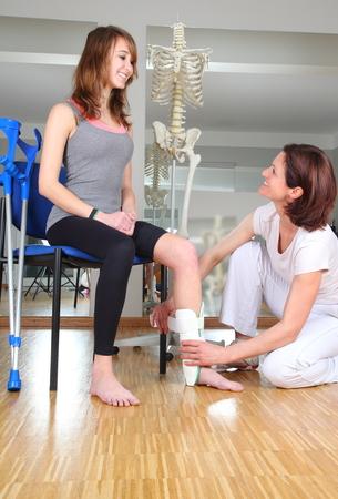 osteoporosis: Un fisioterapeuta y paciente con lesi�n nudillo