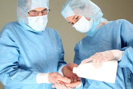 desinfectante: Dos médicos durante una desinfección dy en un op Foto de archivo