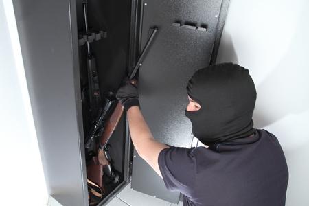 Ein Einbruch und Diebstahl auf Guns in einer Waffe sicher Standard-Bild - 39782450