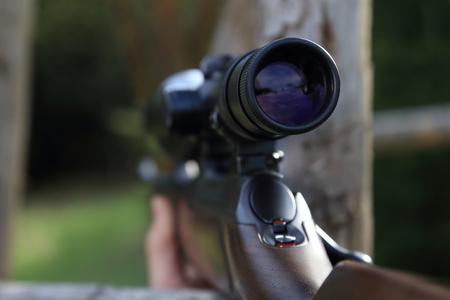 hombre disparando: Un Alcance de una pistola rifle de caza