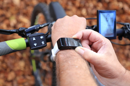 Un Smartwatch et un E-Mountainbike Banque d'images - 48210777