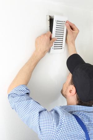 Ein Handwerker Ändern eines Belüftungsfilter 2 Standard-Bild - 58950431