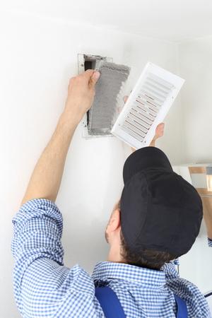 A Craftsmen changing a Ventilation filter 3 Standard-Bild