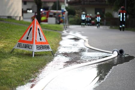 Feuerwehr Verkehrszeichen und Schläuche Standard-Bild - 61939392