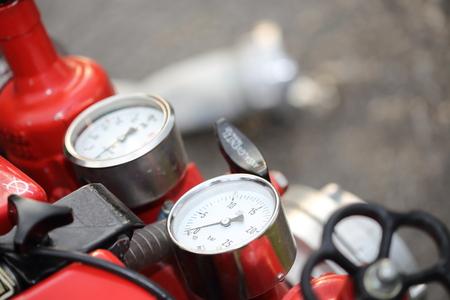 Instrumente eines roten Feuerwehrmann Kreiselpumpe Standard-Bild - 61939396