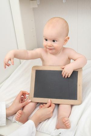 Ein Baby mit board Zeichen Standard-Bild - 61356030
