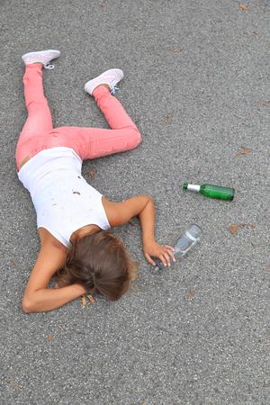 Ein betrunkener junge Frauen auf der Straße liegen Standard-Bild - 65010321