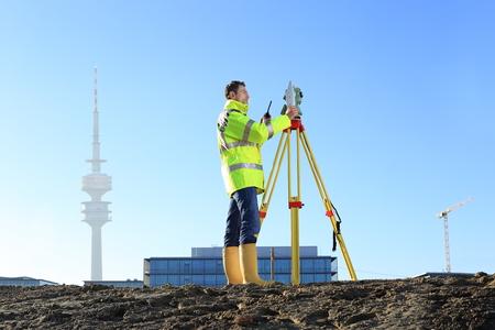 Ein Surveyor in München auf dem Hügel Standard-Bild - 69745785