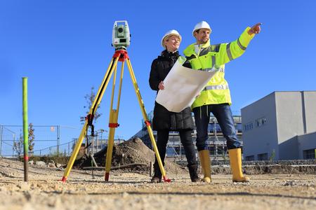 Ein weiblicher Architekt und Vermesser auf einer Baustelle Standard-Bild - 74551103