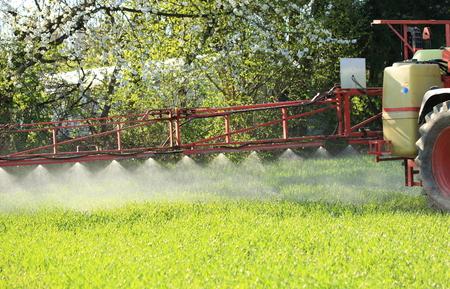 Ein Traktor spritzt acricultural Pflanzenschutz Pestizid Standard-Bild - 76323474