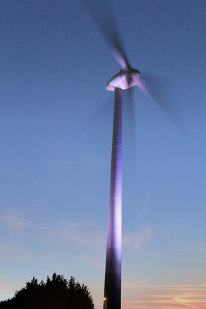 Eine Windmühlenkraftwerknacht Standard-Bild - 80772699