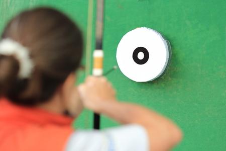 Eine Frau , die japanischen Bogenschießen tut Standard-Bild - 82244904