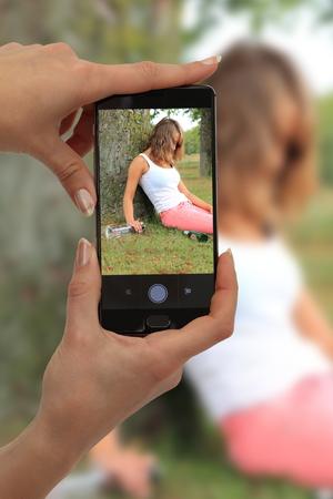 Cybermobbing Mobbing und Fotografieren eines betrunkenen Mädchens Standard-Bild - 88684361