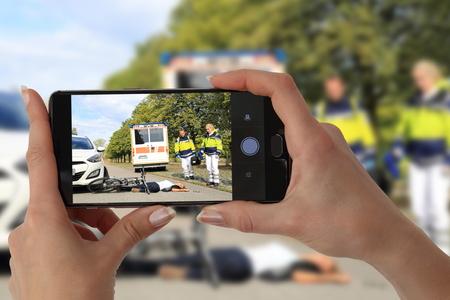 Ein Gawping-Zuschauer, der ein Foto eines Unfalls macht Standard-Bild - 88684362