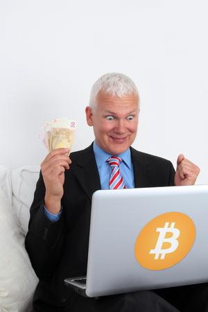 Ein Bitcoin Banker Investor mit Laptop und Geld Standard-Bild - 91209202