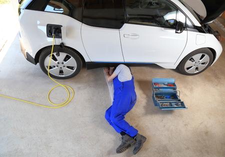 A Mechanic repairing an electric driven car at garage Standard-Bild - 101681852