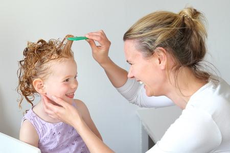 Lavado de piojos en el cabello de un niño